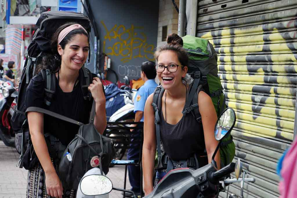 Zwei Backpacker in Saigon