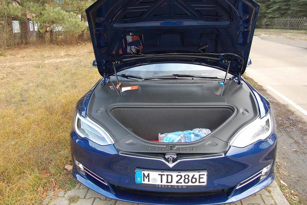 Tesla Model S 100 D: Ein Kabinen-Trolley passt locker vorne rein